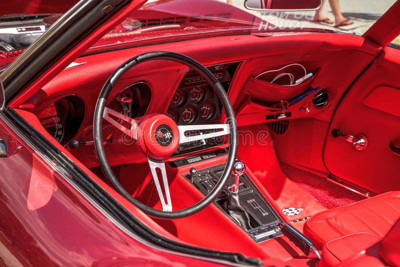 Röda Chevrolet Corvette som 1969 är stingrayconvertible på den 10th årliga klassiska bil- och hantverkshowen arkivbilder