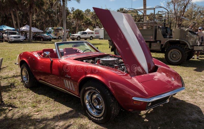 Röda Chevrolet Corvette som 1969 är stingrayconvertible på den 10th årliga klassiska bil- och hantverkshowen arkivfoton
