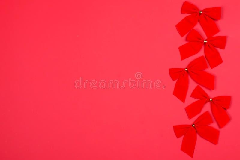 Röda Cristmas bugar på bakgrund av den samma färgen arkivbilder