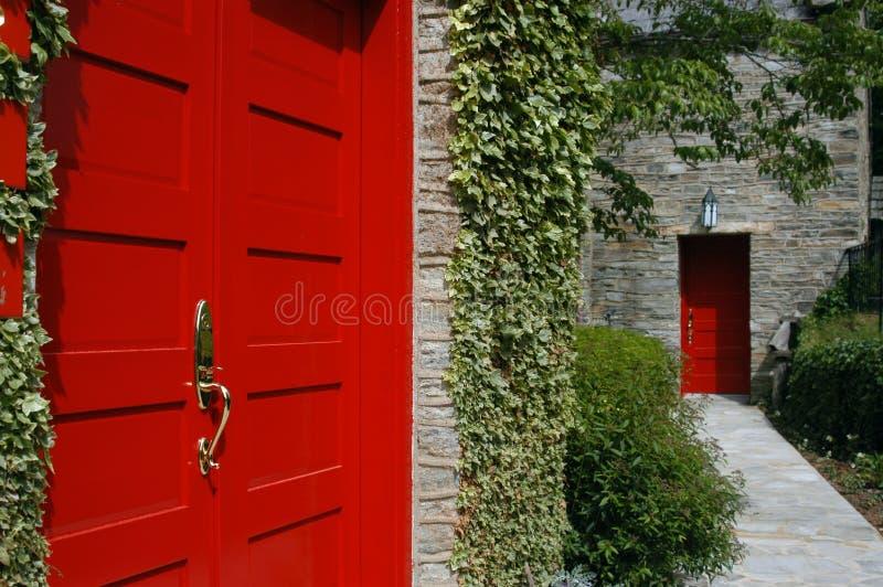 Download Röda dörrar arkivfoto. Bild av leaves, förälskelse, fred - 25560