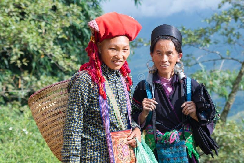 Röda Dzao och en Hmong kvinna i Vietnam arkivbild