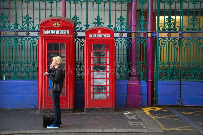 2 röda engelska telefonbås royaltyfri fotografi
