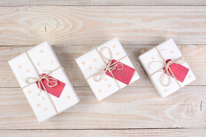 Röda etiketter för vita julklappar royaltyfri bild