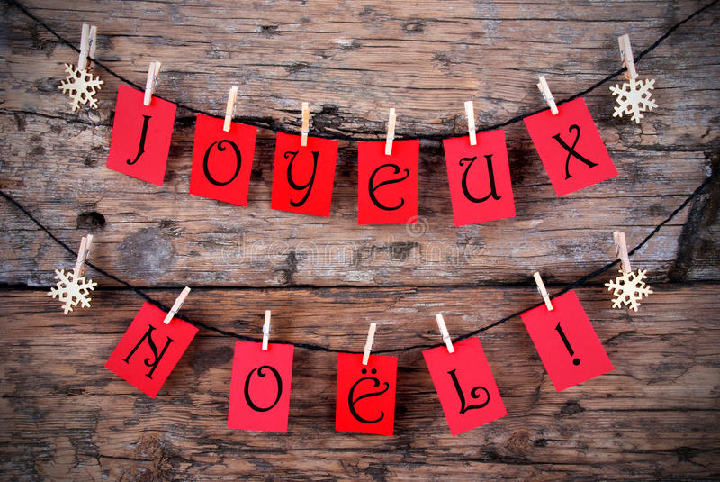 Röda etiketter med Joyeux Noel royaltyfri fotografi