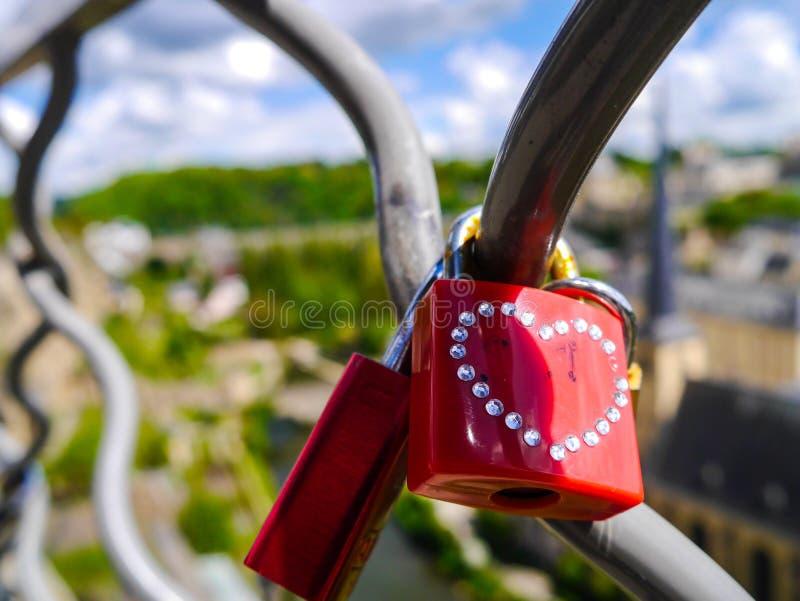 Röda förälskelselås med hjärtor arkivfoton