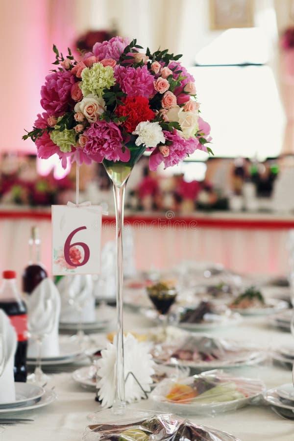 Röda för idérik garnering för nya blommor rosa och vita rosor på oss fotografering för bildbyråer