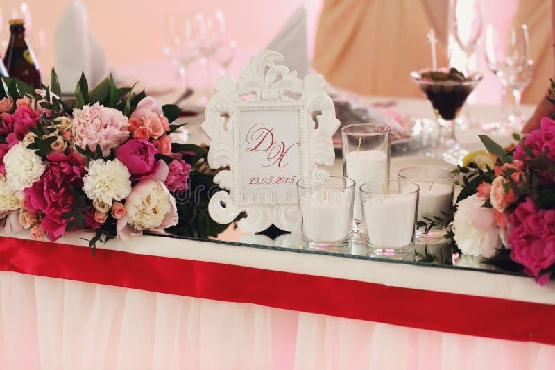 Röda för idérik garnering för nya blommor rosa och vita rosor på oss royaltyfria bilder