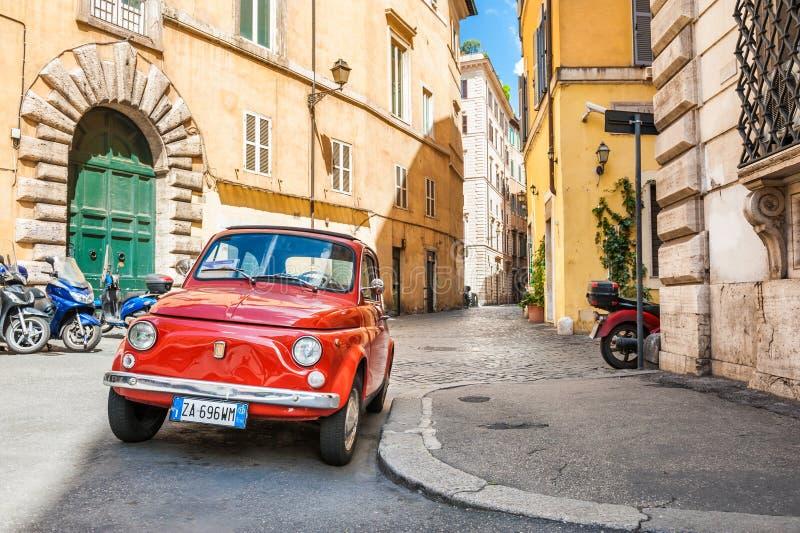 Röda Fiat 500 i Rome arkivbild
