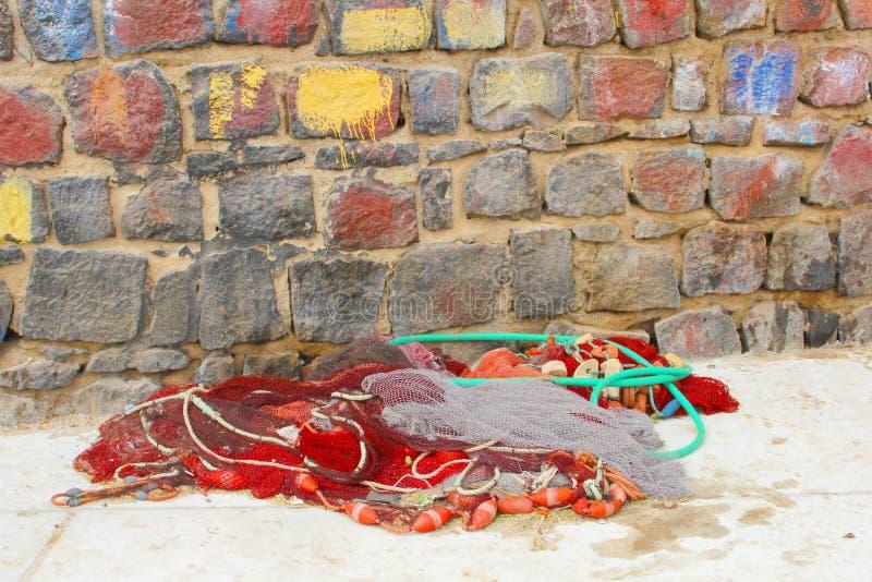 Röda fisknät på den färgrika väggen, Kap Verde arkivbilder
