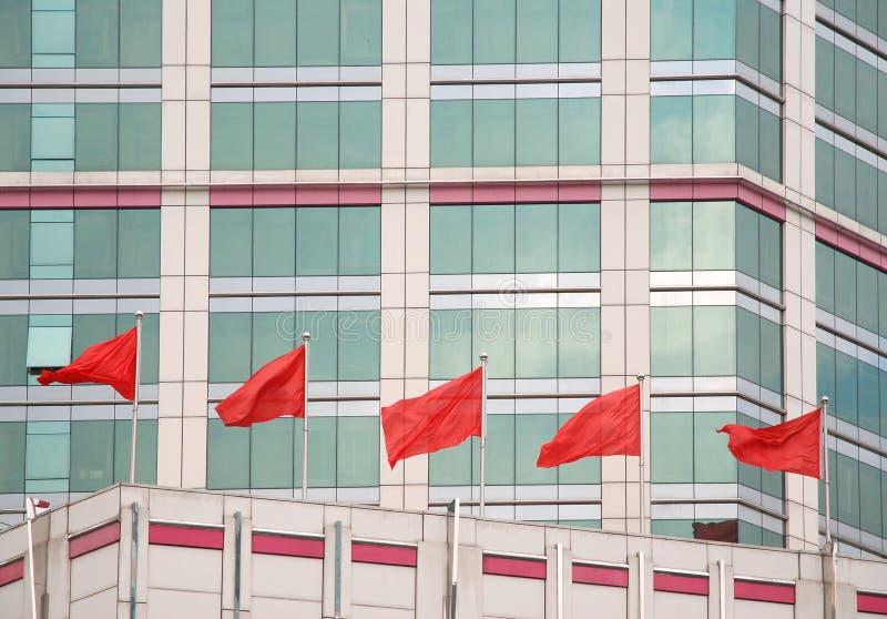 Röda flaggor arkivbild