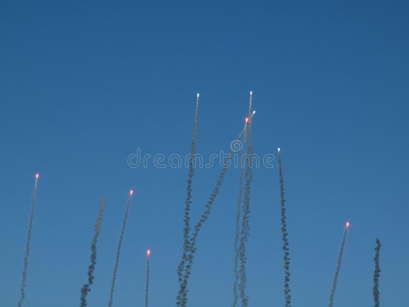 Röda fyrverkerier skjuta i höjden in i luften fotografering för bildbyråer