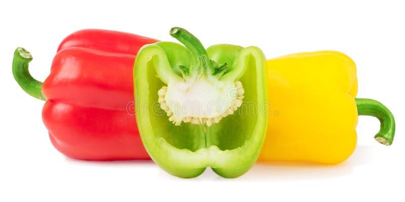 Röda gräsplangulingspanska peppar med halva som isoleras på vit royaltyfri fotografi