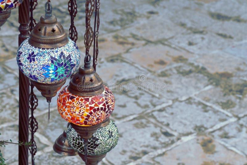 Röda, gröna och blåa turkiska lampor royaltyfri bild