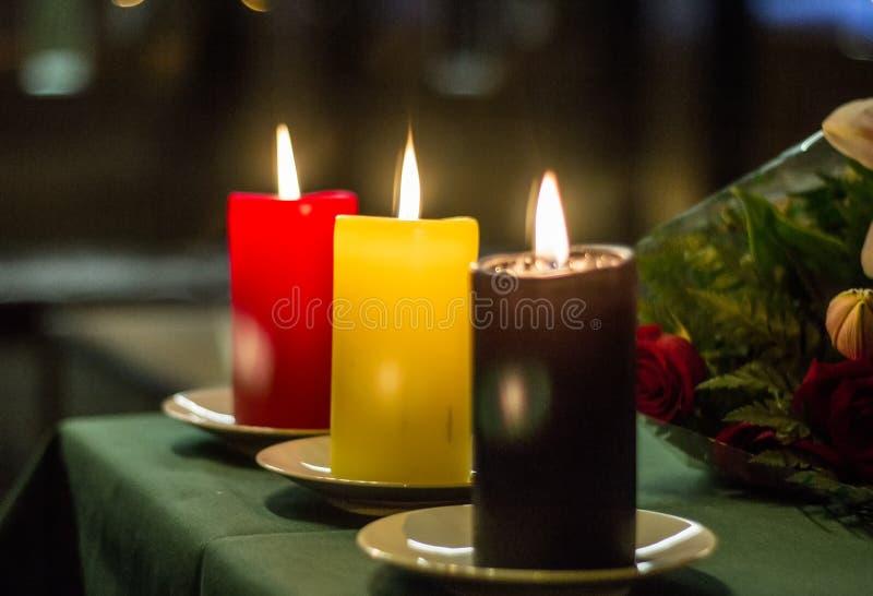 Röda, gula och svarta stearinljus som komponerar den belgiska flaggan på den Belgien ambassaden i Madrid, Spanien royaltyfri foto