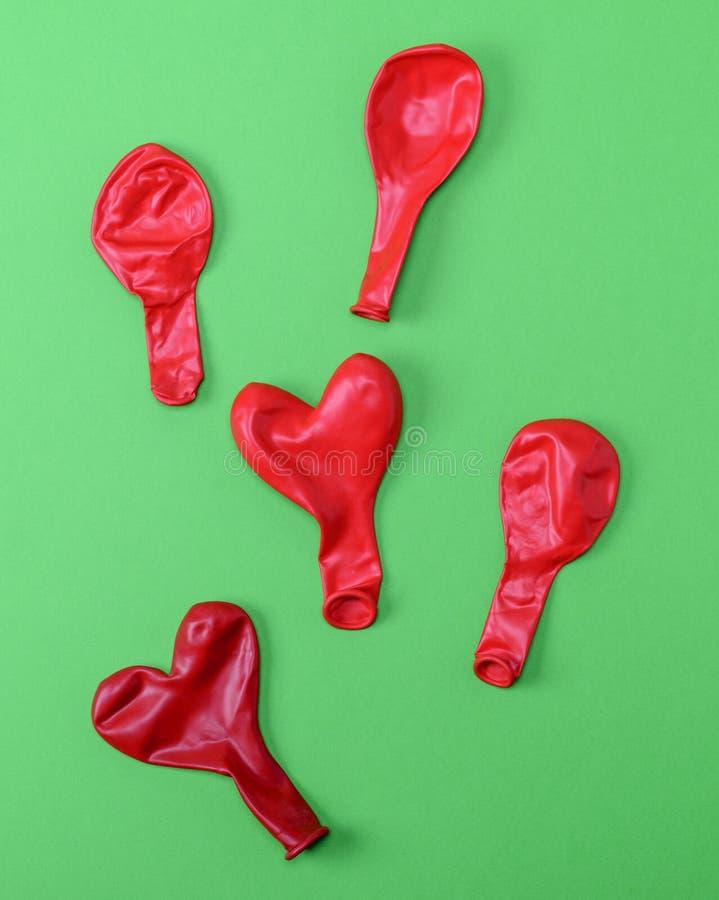 Röda gummiballonger blåser bort royaltyfri bild