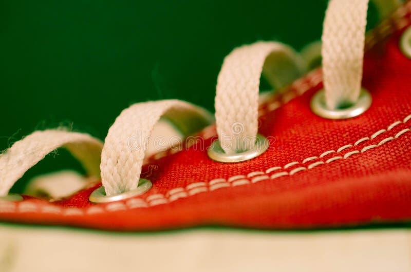 röda gymnastikskor arkivbild