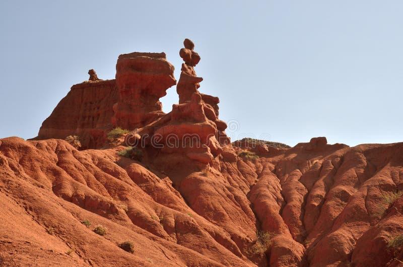 Röda höjdpunkter av sandsten vaggar av den Konorchek klyftan, Kyrgyzian Grand Canyon, den berömda naturliga gränsmärket och fotva arkivbild