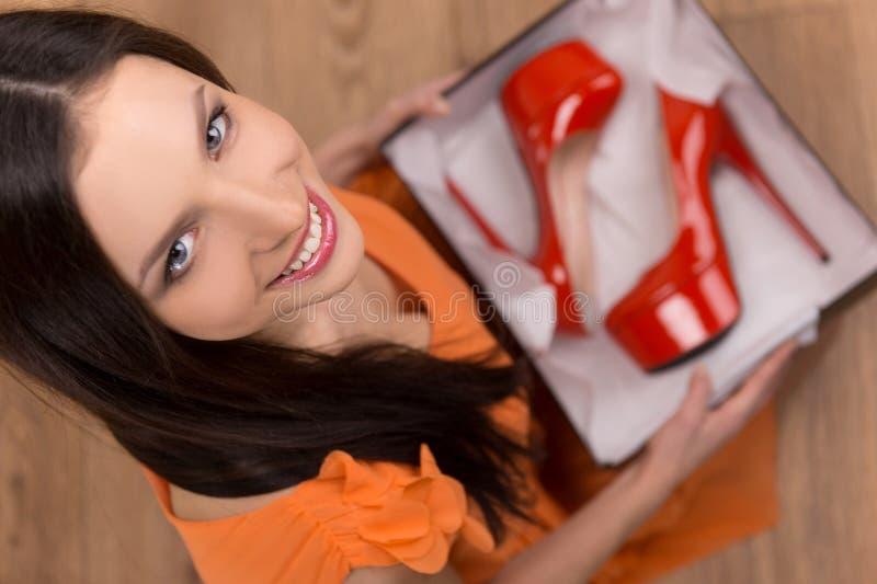 Röda heeled skor. royaltyfria foton