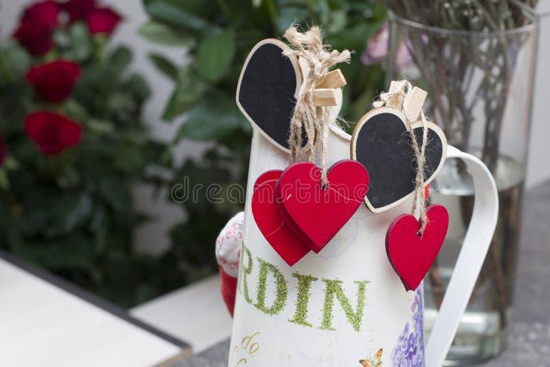 Röda hjärtor för förälskelse i blommor fotografering för bildbyråer