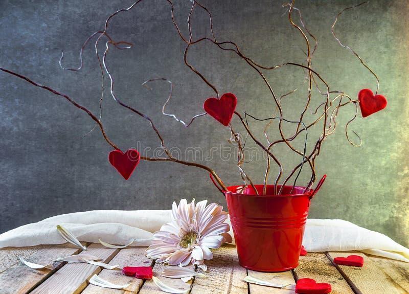 Röda hjärtor för trädvänstilleben arkivfoto