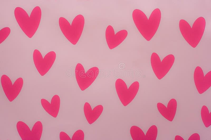 Röda hjärtor med rosa bakgrund royaltyfri foto