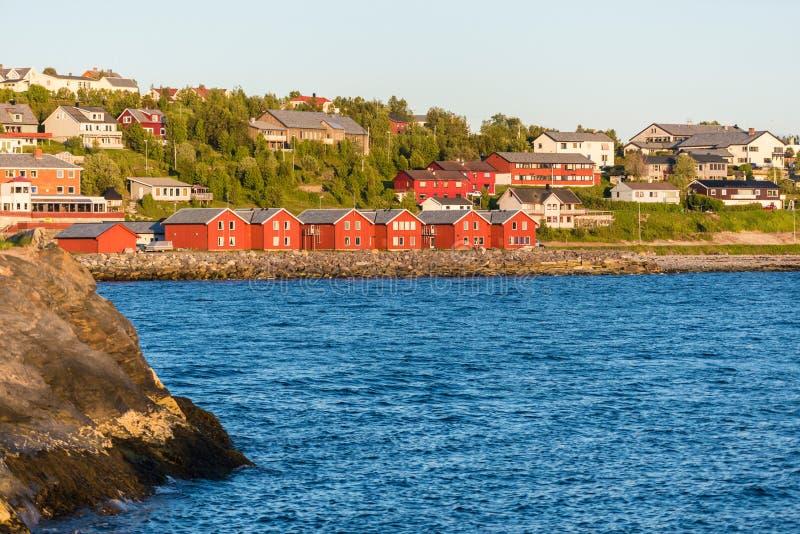 Röda hus på fjärden av Alta, Norge royaltyfri bild