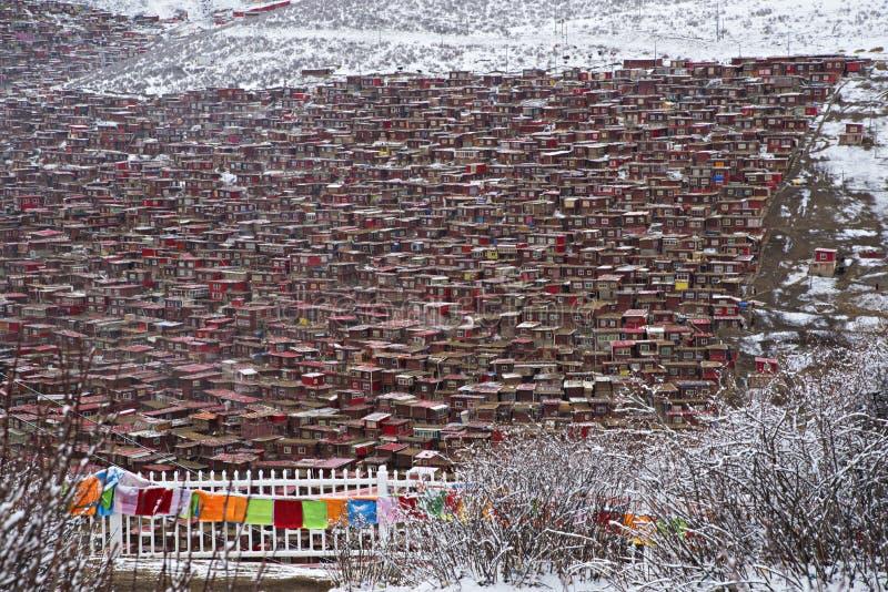Röda hus på Larung Gar Buddhist Academy arkivbild