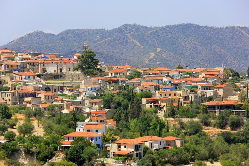 Röda hustak av den medelhavs- byn arkivbilder