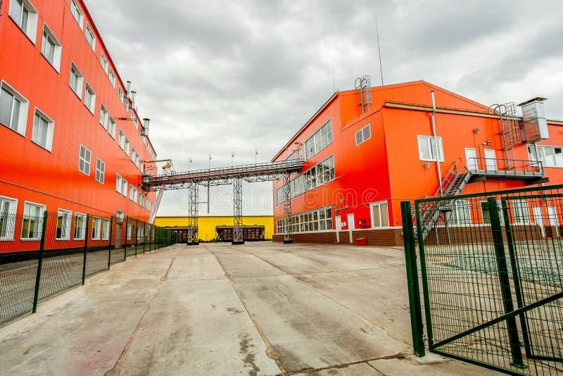 Röda industribyggnader - stor fabrik fotografering för bildbyråer