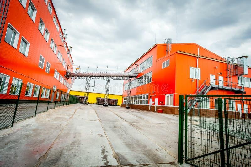 Röda industribyggnader - stor fabrik arkivbild