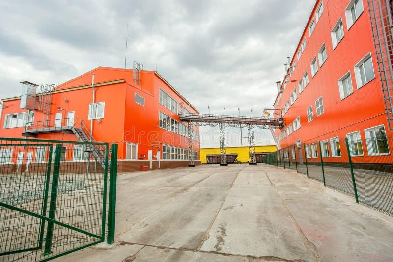 Röda industribyggnader - stor fabrik royaltyfria bilder
