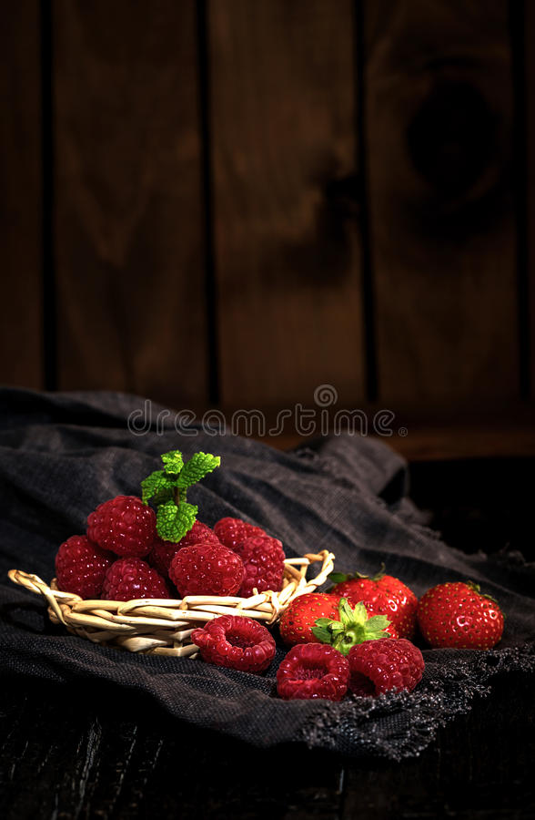 Download Röda jordgubbar och vinbär arkivfoto. Bild av läckert - 78727850