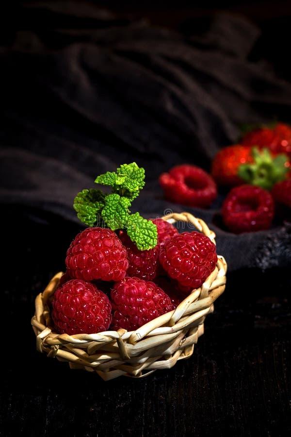 Download Röda jordgubbar och vinbär arkivfoto. Bild av inomhus - 78728006