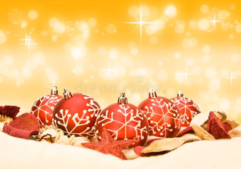 Röda julbaubles på guld- bakgrund fotografering för bildbyråer