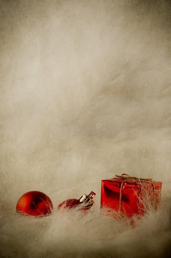 Röda julprydnader på mjuk päls - vertikal tappning royaltyfri foto