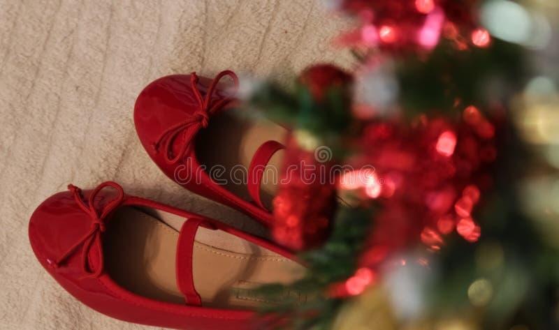 Röda julskor - vänta en behandla som ett barn arkivbild