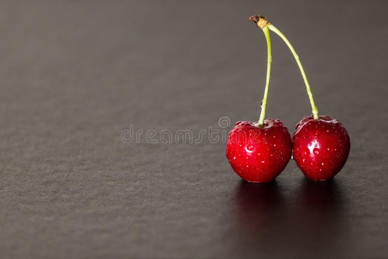 Röda körsbär med stekflott royaltyfri fotografi