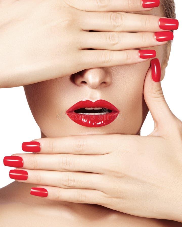 Röda kanter och ljust manicured spikar Sexigt öppna munnen Härlig manikyr och makeup Fira smink- och rengöringhud royaltyfri bild