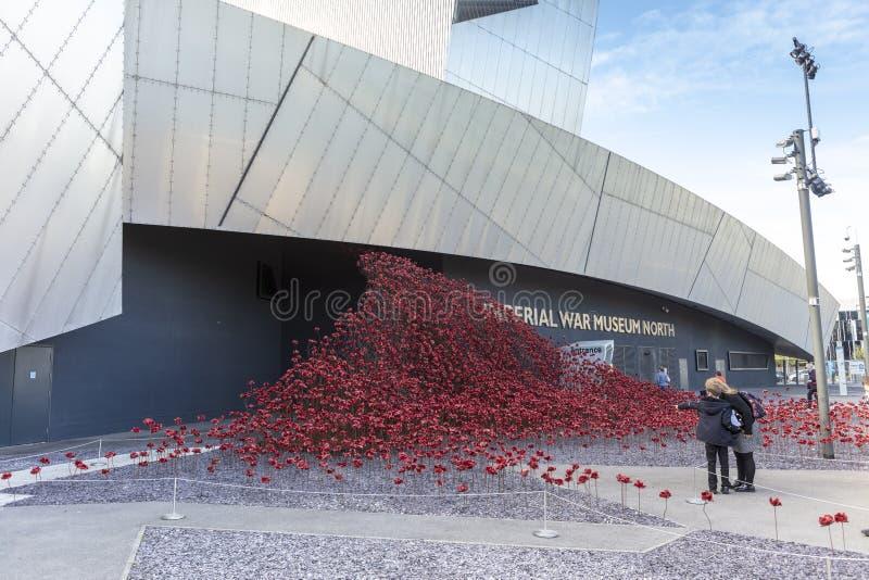 Röda keramiska vallmo som är minnes- utanför den norr IWMEN fotografering för bildbyråer