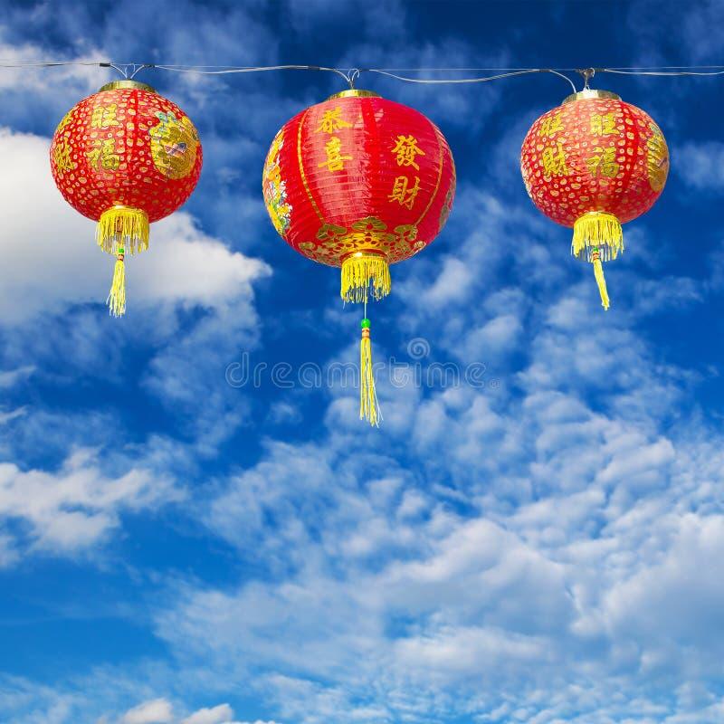 Röda kinesiska pappers- lyktor mot arkivfoton