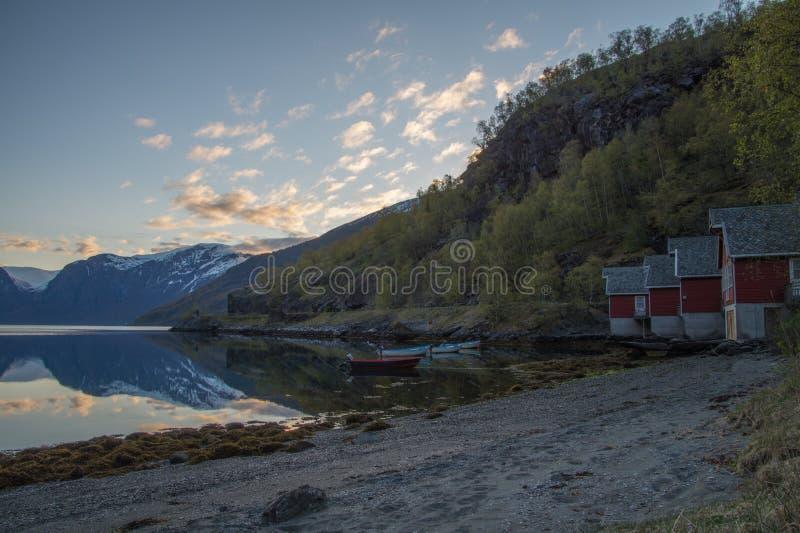 Röda kojor med panoramautsikt av fiorden, Norge fotografering för bildbyråer
