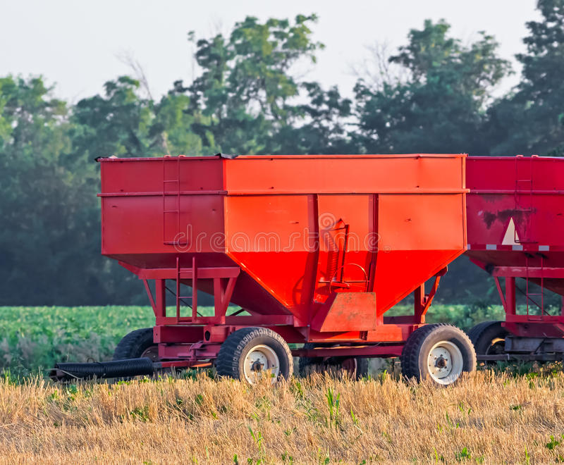 Röda kornvagnar arkivbilder