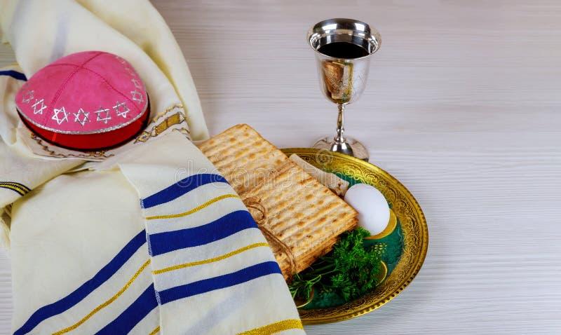 Röda koschra vinexponeringsglas av matzah- eller matzapåskhögtidhaggadahen på en tappningträbakgrund royaltyfri bild