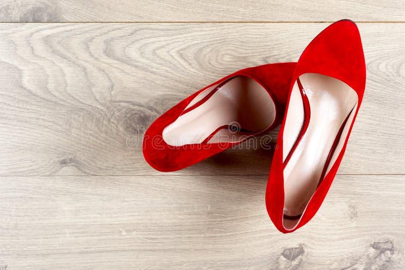 Röda kvinnligskor på höga häl Minsta modebegrepp arkivfoto