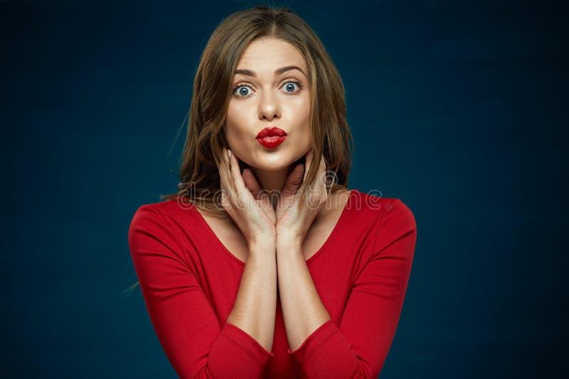 Röda kysskanter vänder mot ståenden för den unga kvinnan royaltyfria foton