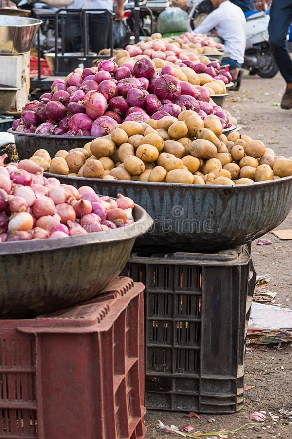 Röda lökar och potatisar i det marknads-, jordbruk- och matbegreppet royaltyfri fotografi