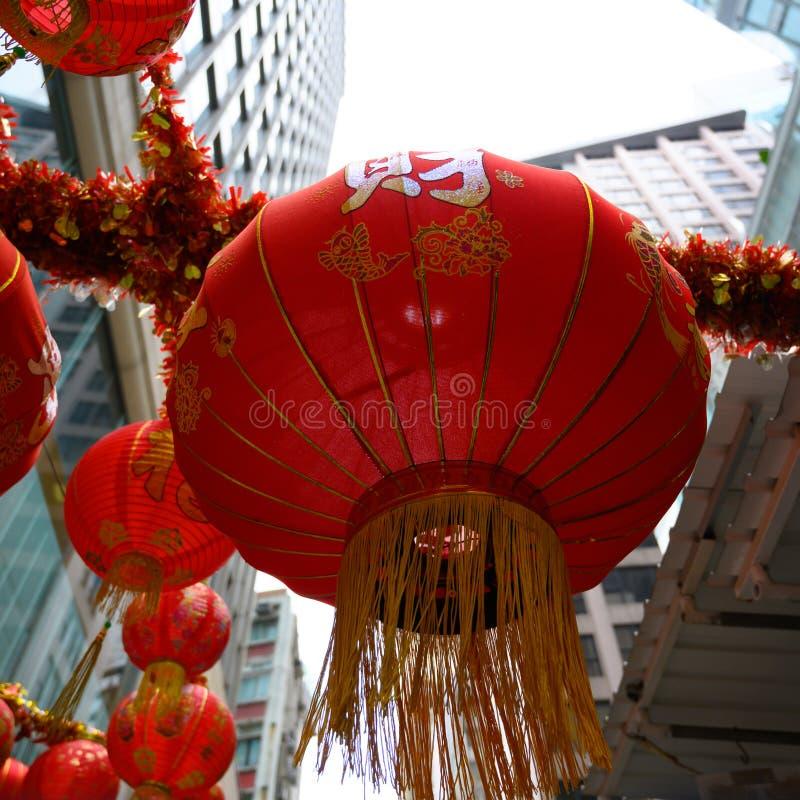 Röda Lampions i Hong Kong Gata som dekoreras med kinesiska lyktor för kinesiskt nytt år arkivbild