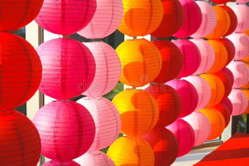 Röda lampor är ett tecken av välståndet att det kinesiska folket hänger omkring under viktiga ceremonier eller viktiga berömmar royaltyfri fotografi