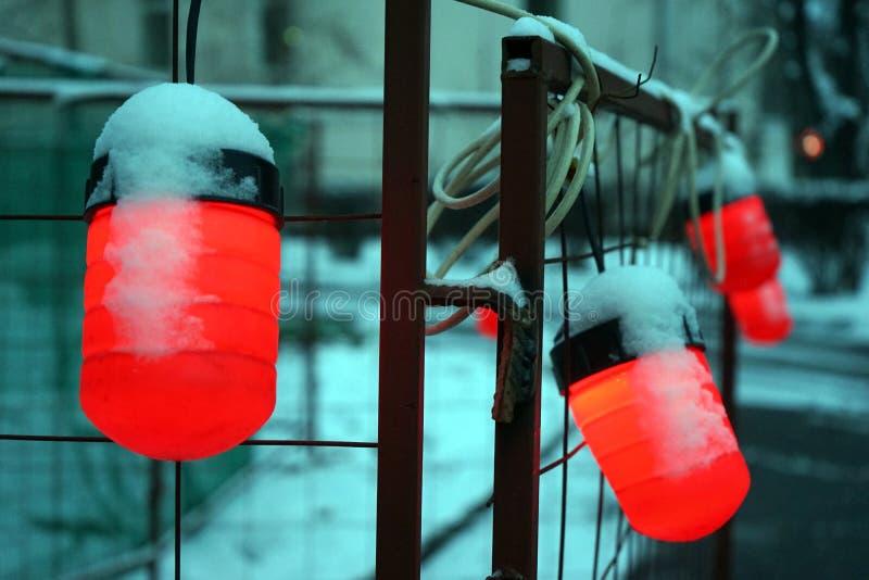 Röda lampor på gatan royaltyfri foto