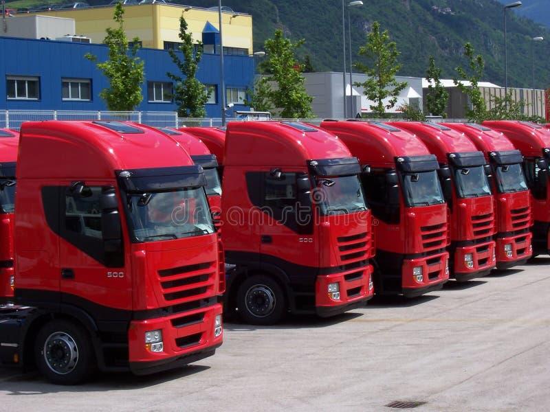 röda lastbilar